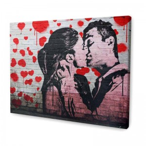 eine foto leinwand mit einem foto eines paares in banksy stil