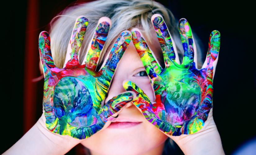 Kind Fingerfarben