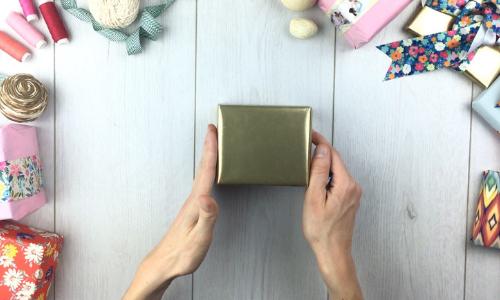 geschenk mit goldenem geschenkpapier