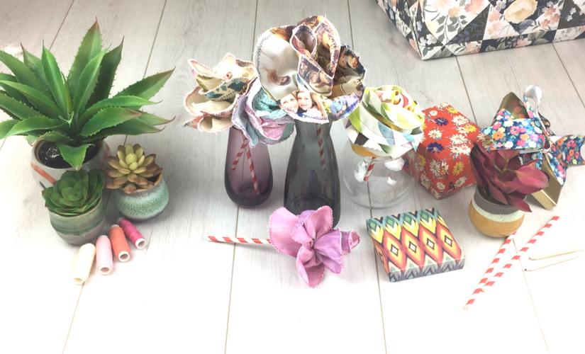 Verschiedene Stoffrosen in Vasen