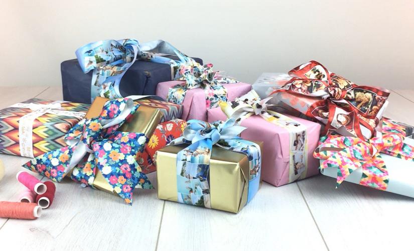 geschenke mit bedruckten geschenkschleifen