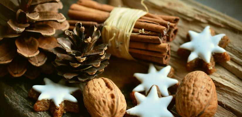 Weihnachtsplätzchen und Gewürze