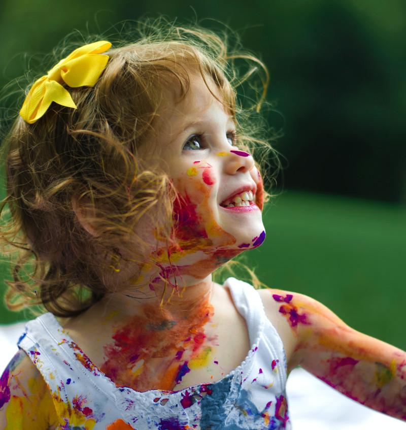 Mädchen bemalt mit Farbe